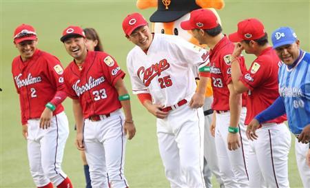 ビジター用のユニホームを着るはずが…1人だけホーム用のユニホームを着用した広島・新井貴浩(中央)は苦笑い