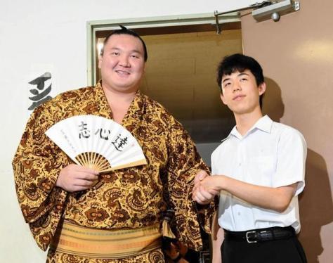 横綱白鵬(左)と握手する藤井聡太四段=愛知県体育館(撮影・佐藤厚)