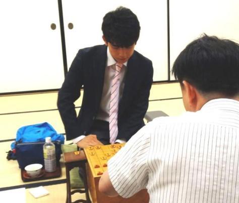 平藤七段と対局を行った藤井四段=関西将棋会館