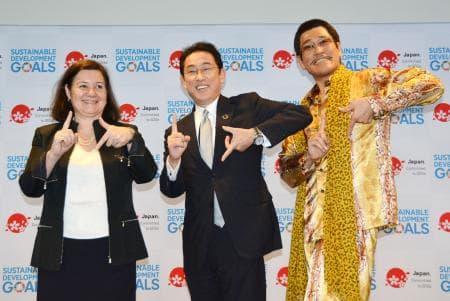 17日、ニューヨークの国連本部で「持続可能な開発目標」の17分野にちなんで、両手で「17」のポーズを決める歌手のピコ太郎さん(右)と岸田外相(中央)ら(共同)