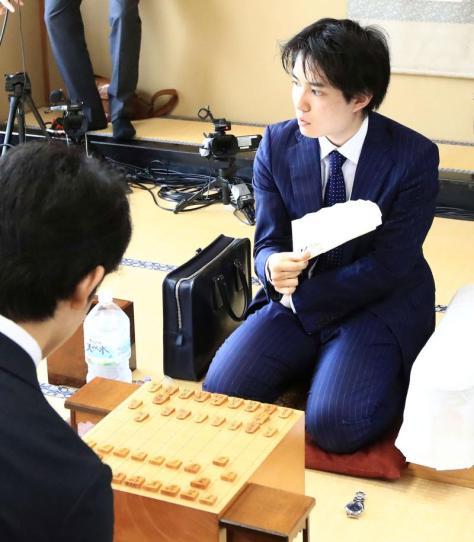 藤井聡太四段(左)と対局する佐々木勇気五段
