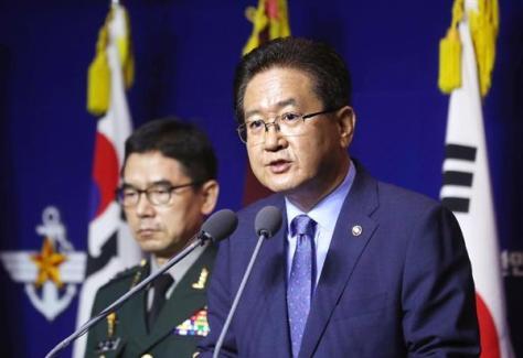 記者会見で北朝鮮への会談提案を発表する韓国国防省の徐柱錫次官(右)=17日、ソウル(聯合=共同)
