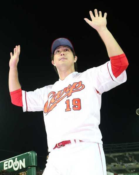 7勝目を挙げてファンの声援に応える広島・野村