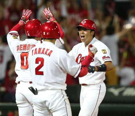 9回1死一、三塁、広島・西川の中前打で同点のホームを踏んだ野間(右)