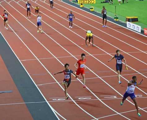 男子400メートルリレー決勝で、3着でゴールする藤光(左手前)中央右上は負傷するボルト