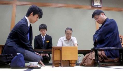 対局した藤井聡太四段(左)と小林健二九段
