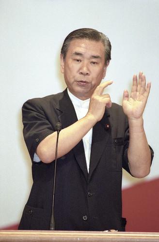省エネルックで演説する羽田孜元首相(1996年)