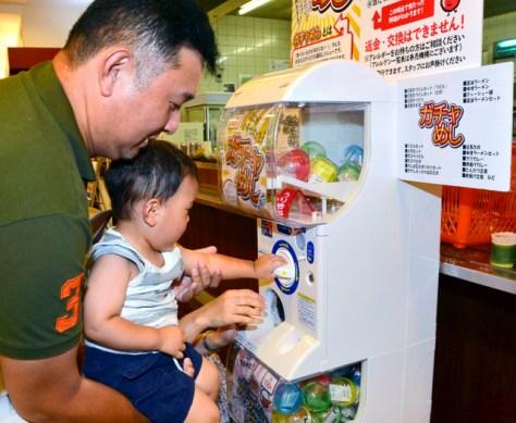 「ガチャめし」を楽しむ家族連れ=兵庫県篠山市の西紀サービスエリア下り線