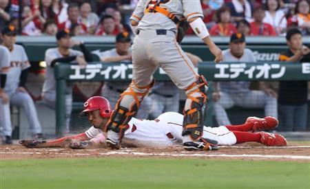1回、広島・松山の犠飛で本塁へヘッドスライディングした菊池=マツダスタジアム(撮影・鳥越瑞絵)