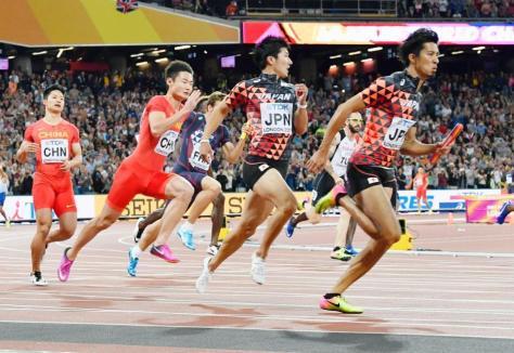 男子400メートルリレー決勝 3走の桐生(手前右から2人目)からバトンを受けスタートするアンカーの藤光=ロンドン(共同)