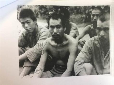 1945年8月8日にビルマ(ミャンマー)のラングーンの日本軍捕虜収容所で英兵士に撮影された日本軍兵士。「中国人少女たちを強制的に慰安婦にしていた」とのキャプションが記されながら、横線で消されている(英帝国戦争博物館所蔵、岡部伸撮影)