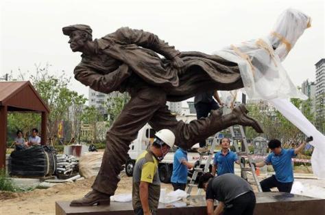 韓国北部、議政府市に設置された安重根の銅像=8日(議政府市提供・共同)