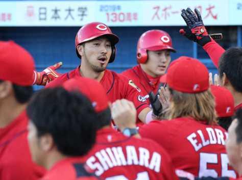 初回1死一、二塁、広島・松山の適時二塁打で生還し、ベンチの出迎えを受ける二走・菊池(左)と一走・丸