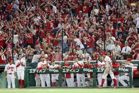 得点を喜ぶ広島ナインとファン