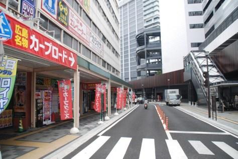 JR広島駅とマツダスタジアムを結ぶ通称「カープロード」(撮影・松浦隆司)