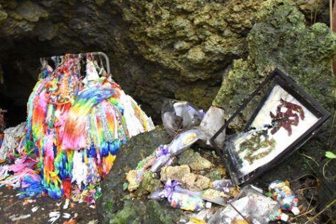 荒らされていたチビチリガマの内部=12日、沖縄県読谷村波平
