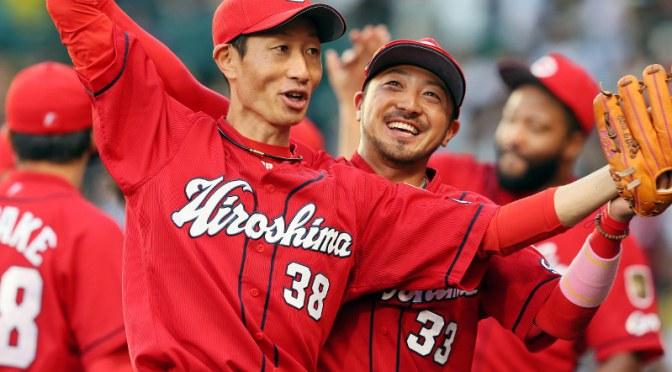 優勝を決め、ファンの声援に応える広島の赤松真人選手(中央左)。同右は菊池涼介選手=阪神甲子園球場で2017年9月18日、幾島健太郎撮影