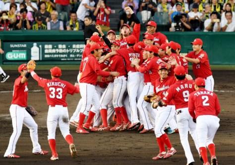 2年連続のセ・リーグ優勝を決め、喜ぶ広島ナイン