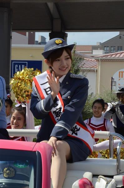交通安全パレードに参加する一日署長を務めたAKB48・STU48の岡田奈々さん=3日、東京都八王子市(上田直輝撮影)