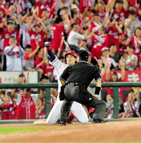 5回、勝ち越しの適時三塁打を放ち、ガッツポーズで喜ぶ安部