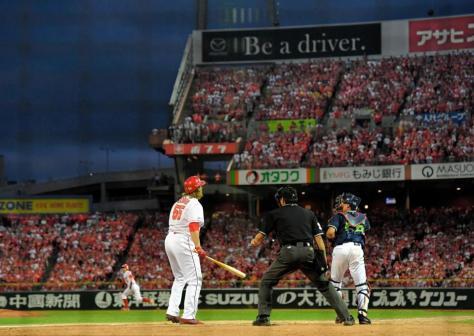 9回、最後の打者・広島 ブラッド・エルドレッド(手前左)が三振に倒れ試合終了=マツダスタジアム(撮影・高部洋祐)