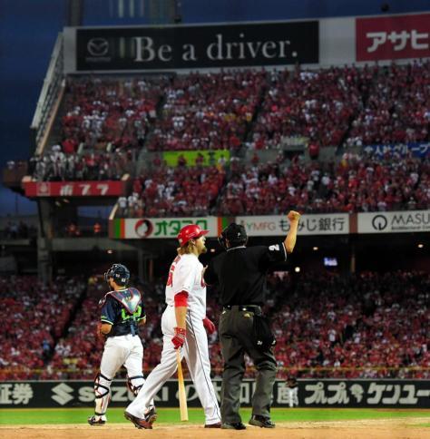 9回、最後の打者・広島 ブラッド・エルドレッド(中央)が三振に倒れ試合終了=マツダスタジアム(撮影・高部洋祐)