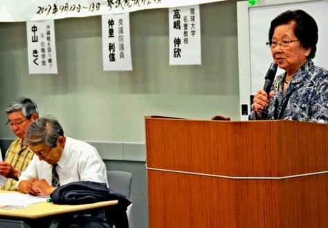 沖縄戦について正しく記述することが、戦争のない国づくりにつながると訴える中山さん(右)=13日、参院議員会館
