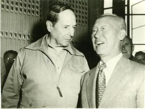 連合国軍最高司令官・マッカーサー元帥(左)と韓国の李承晩大統領
