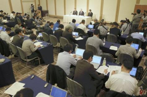 大勢の報道陣が集まった神戸製鋼の記者会見(13日午後5時15分、東京都港区で)=若杉和希撮影
