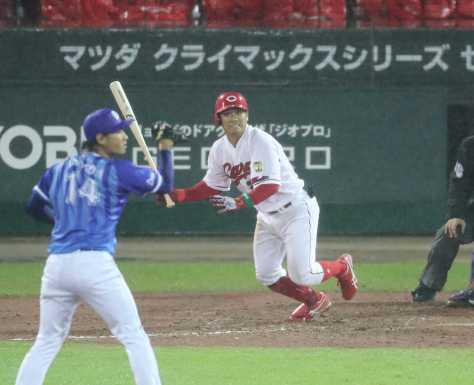 5回2死満塁、広島・田中は中前適時打を放つ