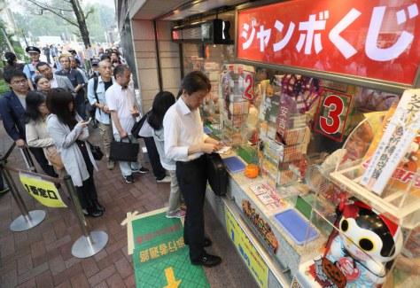 西銀座チャンスセンターで「ハロウィンジャンボ宝くじ」を買い求める人たち=東京都中央区で2017年10月11日午前8時47分、佐々木順一撮影