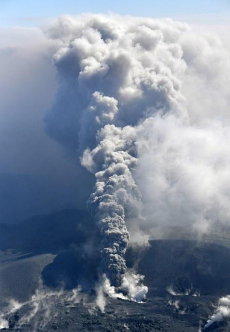 約6年ぶりに噴火した霧島連山の新燃岳=鹿児島・宮崎県境付近で2017年10月11日午前9時55分、本社ヘリから野田武撮影