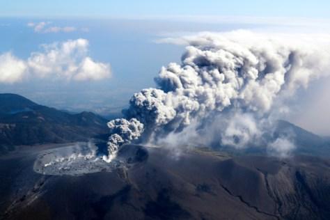 小規模噴火し、東北東に向け、噴煙を上げる新燃岳=11日午前10時23分、鹿児島・宮崎県境、朝日新聞社ヘリから、堀英治撮影