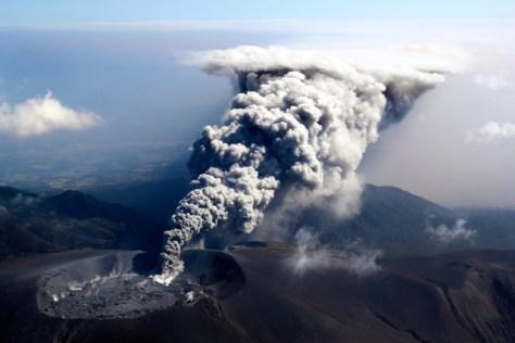 小規模噴火し、東北東に向け噴煙を上げる新燃岳=11日午前10時20分、鹿児島・宮崎県境、朝日新聞社ヘリから、堀英治撮影