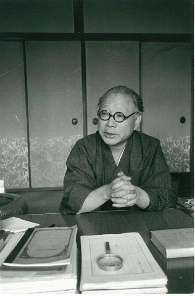 山本周五郎=1960年、横浜市(秋山青磁撮影)