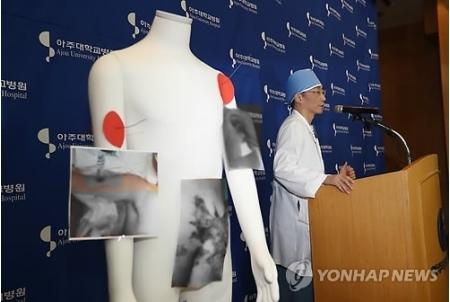 南北軍事境界線上にある板門店の共同警備区域(JSA)から韓国側へ亡命する際に銃撃を受けた北朝鮮兵が搬送先の亜州大病院(京畿道水原市)で2回目の手術を受けた。手術終了後、兵士の容体について説明する執刀医=15日、水原(聯合ニュース)(END)