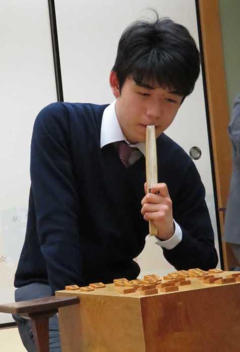新しくなった扇子を口に当て、感想戦を行う藤井聡太四段