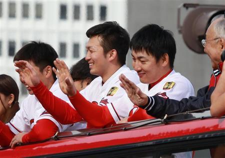 沿道のファンに手を振る広島・鈴木(中央)と丸(右)ら=広島市中区(撮影・鳥越瑞絵)