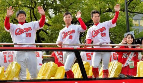 笑顔で手を振る(左から)岩本、上本、庄司、エリザベト音楽大の戸村有彩さん