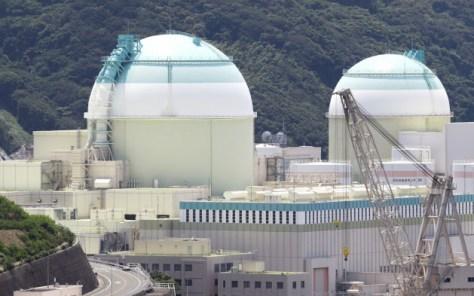伊方原子力発電所の2号機(右)と3号機(愛媛県伊方町)