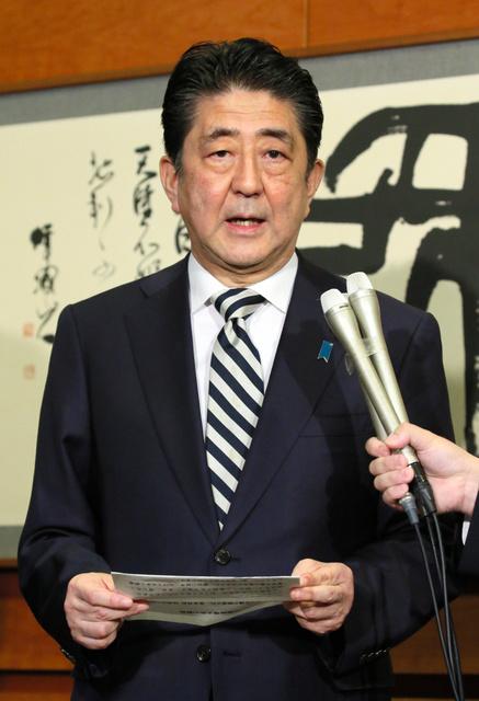 皇室会議を終え、記者の質問に答える安倍晋三首相=1日午前11時42分、首相官邸、岩下毅撮影