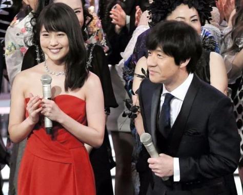 オープニングを盛り上げる有村架純(左)と内村光良=NHKホール