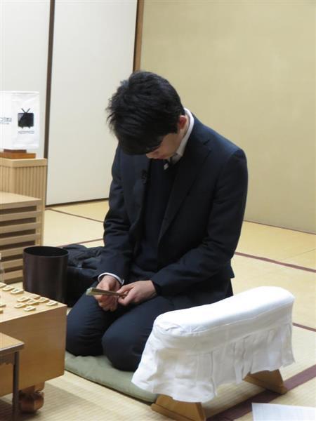 逆転負けにうなだれる藤井聡太四段=23日、東京都渋谷区(丸山汎撮影)