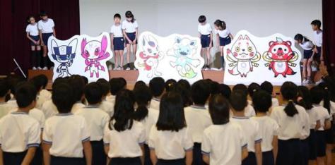 東京2020マスコット最終候補発表会 登壇した児童らが最終候補のアンベールを行い、3作品がお披露目された=7日、東京都渋谷区(春名中撮影)