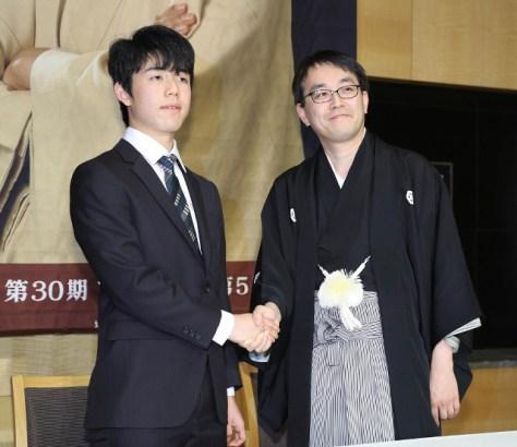 就位式事前記者会見を終えて握手する藤井聡太四段(左)と羽生善治竜王