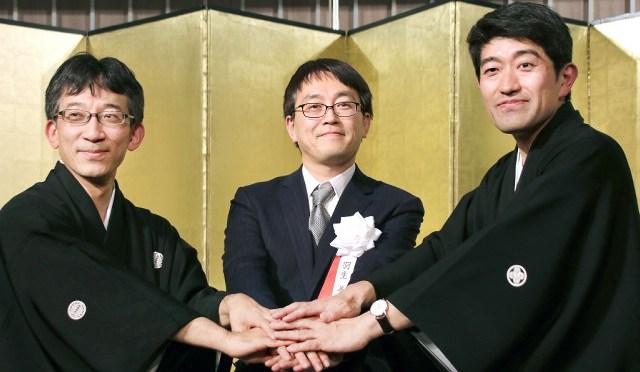 一同に会した(左から)佐藤康光九段、羽生善治竜王、森内俊之九段