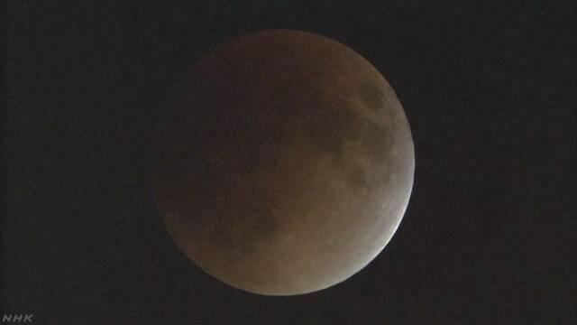 皆既月食に 月は地球の影に完全に隠れる