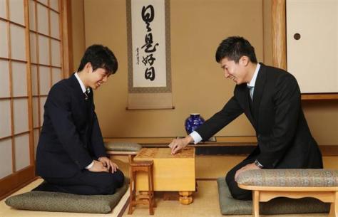 将棋を指しながら談笑する桐生祥秀選手(右)と藤井聡太四段(古厩正樹撮影)