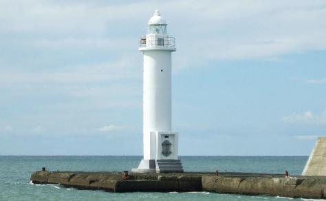 倒壊する前の灯台=2011年9月、北海道留萌市の留萌港(留萌海上保安部提供)