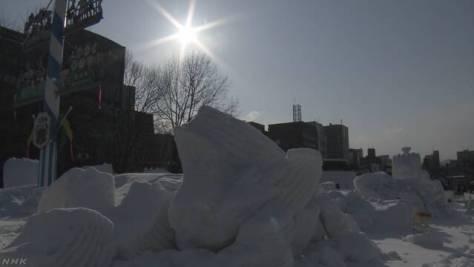 雪まつりの雪像が溶けて壊れる 気温上昇が原因か